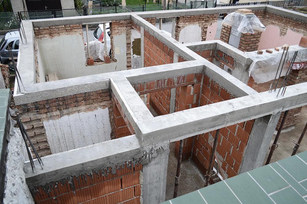 S pravilno povezanimi vertikalnimi in horizontalnimi AB vezmi bo gradnja potresno varna. Vir: ekotak