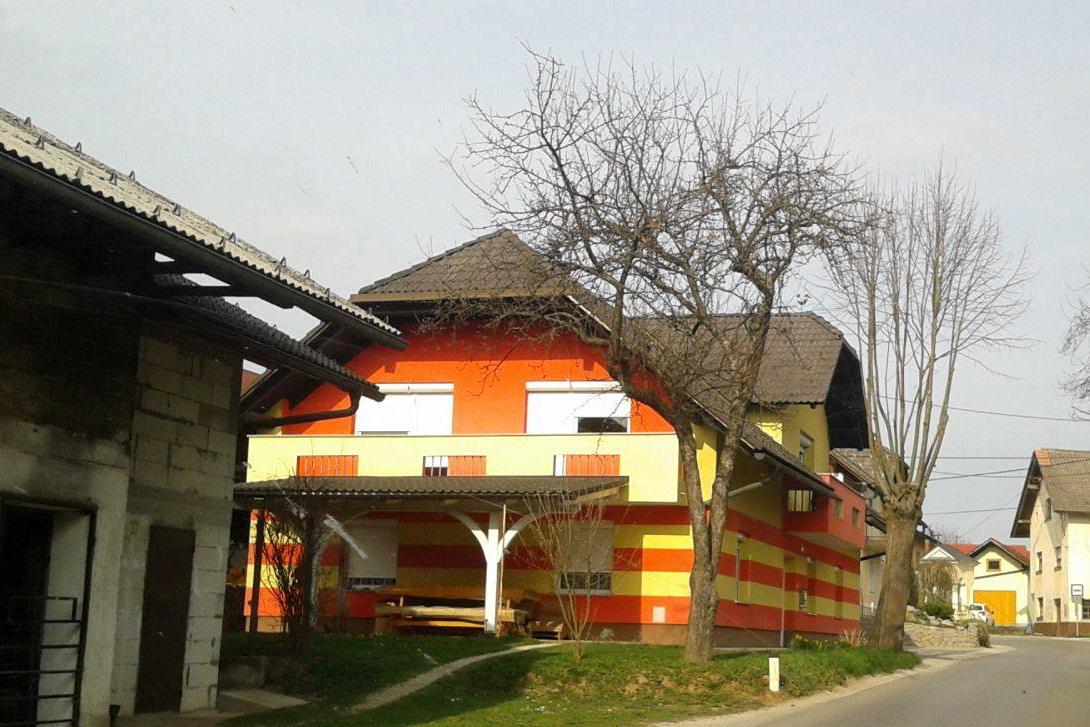 Problem tako v barvi kot tudi oblikovanju hiše. Vir: 50 odtenkov slovenskih fasad