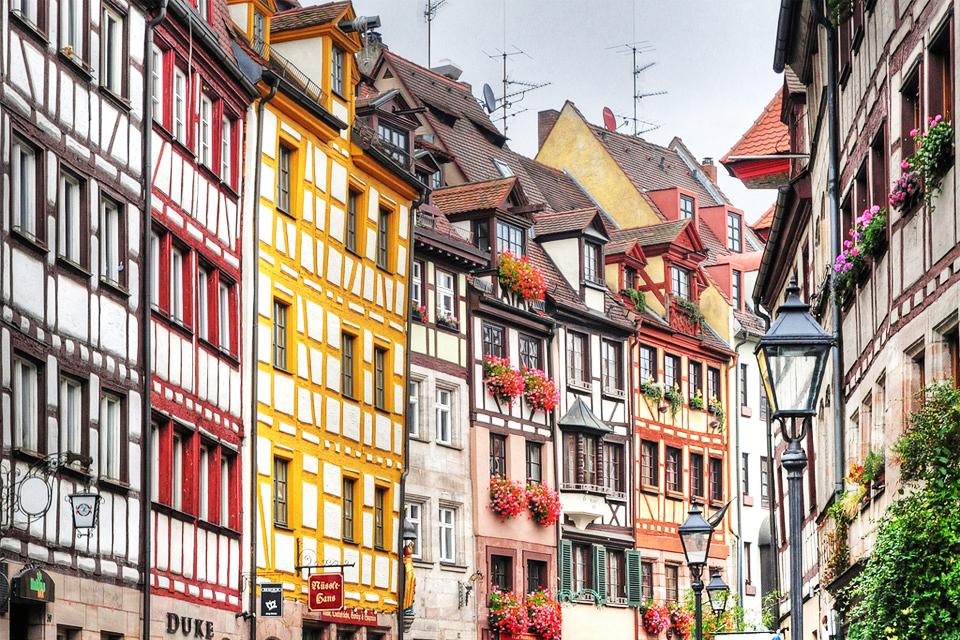 Tradicionalne barvne hiše v Nurembergu (Nemčija), kljub živim barvam delujejo skladno. Vir: Pinteres