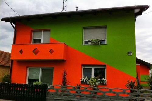 Bi imeli soseda s takšno hišo? Vir: Vir: 50 odtenkov slovenskih fasad