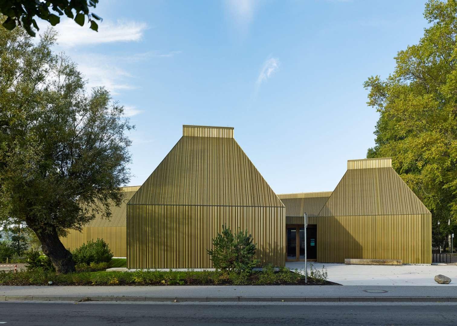 Prezračevana fasada z zaključnim slojem iz barvane pločevine. Vir: Volker Staab Architects