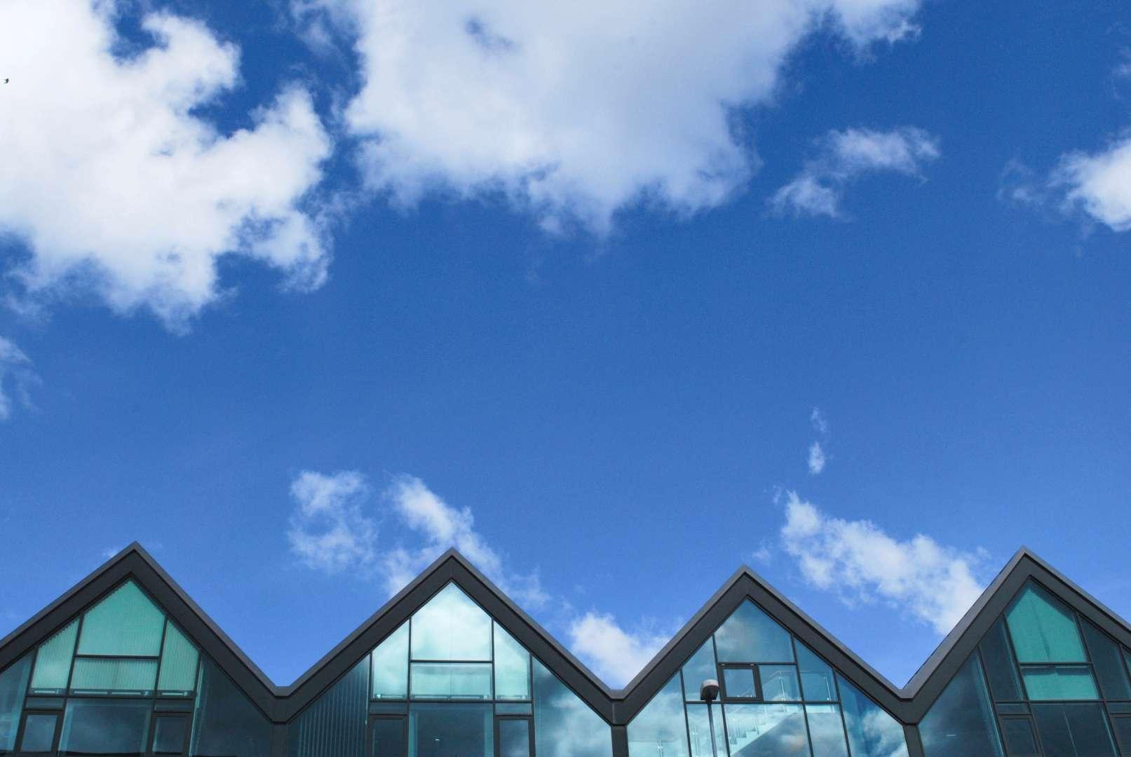 Streha ima tudi svojo izrazno moč, ki pomembno vpliva  na zunanjo podobo hiše in naselja.